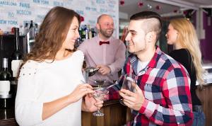 Flirtująca para - kobieta i mężczyzna