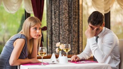 Mężczyzna z kobietą siedzą smutni przy stoliku w restauracji