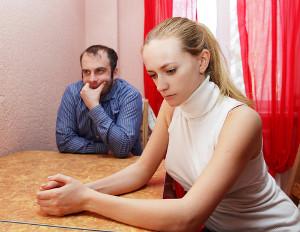 Smutna rozmowa przy kuchennym stole