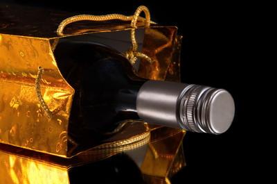 Butelka wina w papierowej torebce