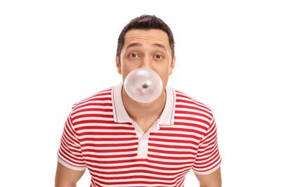 Mężczyzna robiący balona z gumy do żucia