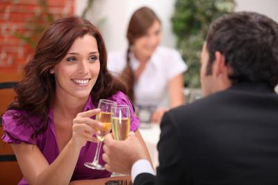 Para siedząca przy stoliku w restauracji