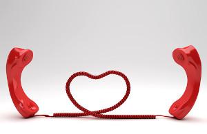 Dwie słuchawki telefonu połączone kablem